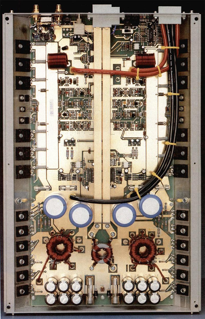 L'interno, con i suoi ori ed i suoi componenti selezionati, è uno spettacolo grandioso di tecnologia e sapiente ingegnerizzazione. In questa foto mozzafiato, credo siate in grado da soli di identificare la sezione di alimentazione, con toroidi ed abbondanti capacità.