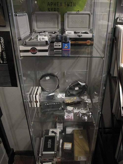 FadeRecords oltre che a una buona selezione di album offre anche qualche altro gingillo per i vostri giradischi: accessori, parti di ricambio, slip mats, valige per il trasporto dei dischi, libri e magazine sull'audio.