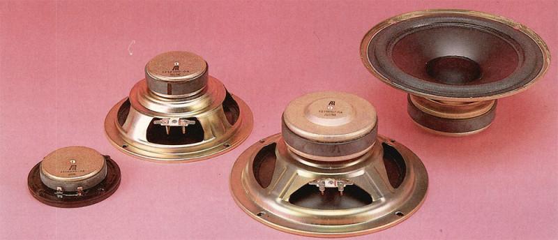 / quattro altoparlanti sono tutti di fabbricazione AR. I woofer hanno ilfondello sagomato per consentire un ampio movimento alle bobine mobili. Il tweeter ha la bobina mobile raffreddata e smorzata con fluido ferromagnetico.