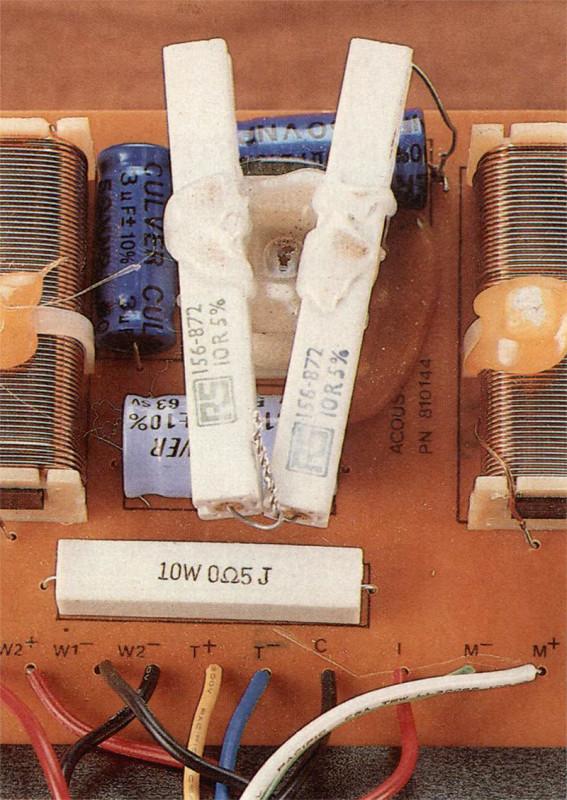 // montaggio del filtro è «all'inglese»: su una basetta di circuito stampato fissata ad un pannellino di masonite. Il tocco «all'americana» è dato dalle abbondanti colature di colla termo fusibile che aiuta le fascette plastiche nel tener fisse le induttanze maggiori.