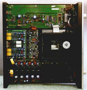 L'interno mostra una realizzazione notevolmente più ordinata rispetto al 288, conseguito con l'abbandono della meccanica VRDS. Quella utilizzata presenta infatti un livello di integrazione molto superiore per servocontrolli e circuitene digitali.
