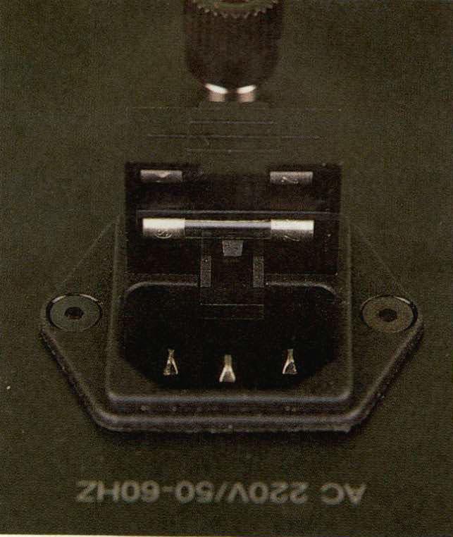 Una piccola curiosità: il connettore di alimen tazione (del tipo «a vaschetta») incorpora, oltre al fusibile d'alimentazione, anche un fusibile «di riserva», entrambi accessibili aprendo un piccolo sportellino in plastica.