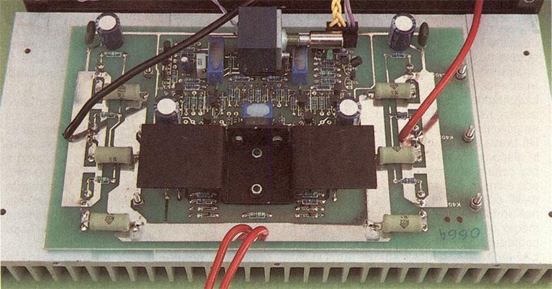 / circuiti audio trovano posto su due schede identiche (una per ogni canale) situate ai lati dell'apparecchio, subito a ridosso dei dissipatori di calore, sui quali sono direttamente montati i mosfet di potenza.