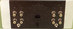 I connettori d'uscita (in grado di accetta re sia cavo spellato che terminazioni a forcella oppure a banana) sono sdop piati per facilitare il collegamento di dif fusori in bi-wiring. La loro qualità, così come quella dei connettori pin-RCA d'ingresso, è eccel lente.