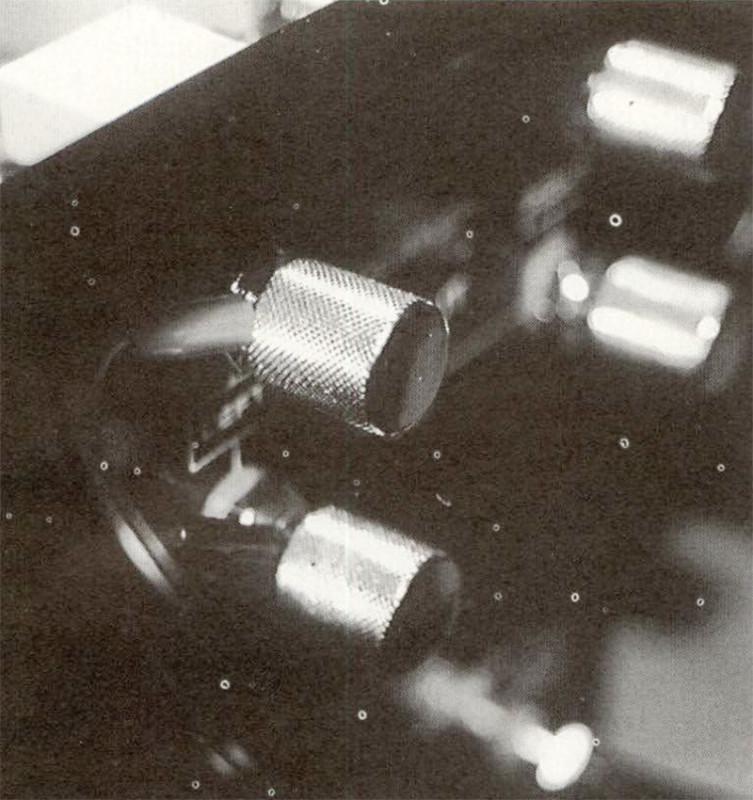 Posizionati insolitamente i connettori d'uscita, sul fianco destro dell'apparecchio, ottima la fattura custom.
