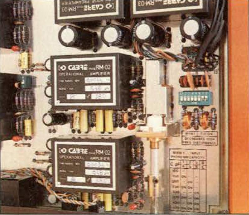 Mediante un microswitch multiplo all'interno dell'apparecchio è possibile regolare a passi di 50 pF la capacità dell'ingresso fono MM.