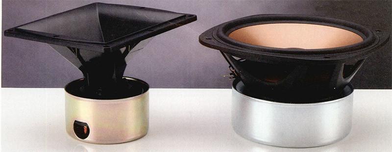 I woofer della RF7 sono due da dieci pollici, con la membrana in Cerametallic, un particolare materiale a base di alluminio e ceramica messo a punto dalla stessa Klipsch.