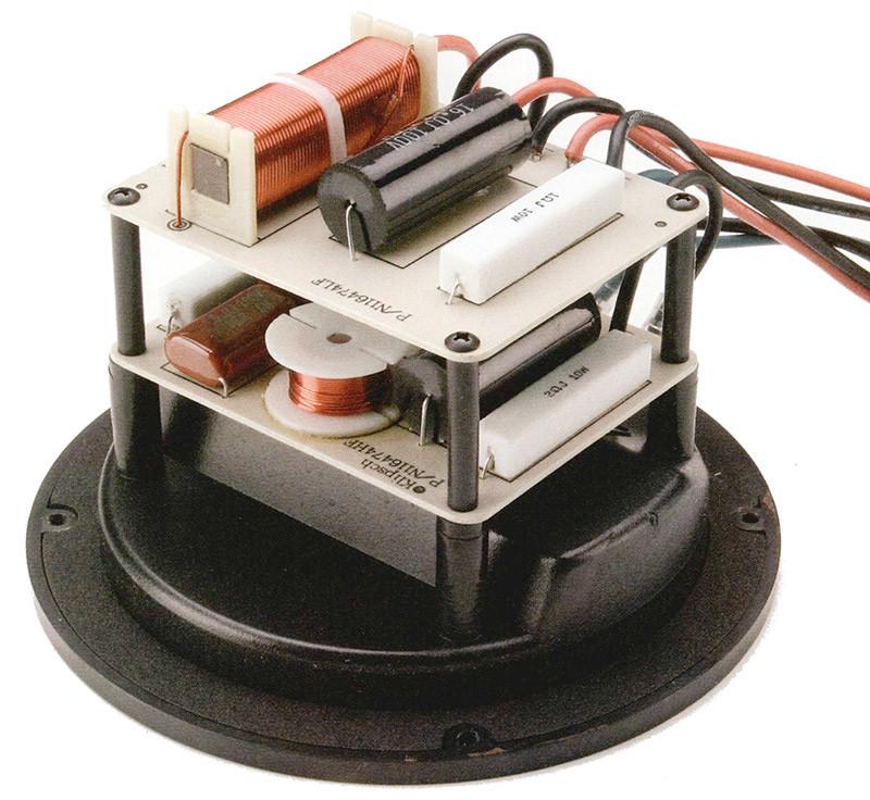 II crossover è realizzato su due supporti fissati alla vaschetta portacontatti.