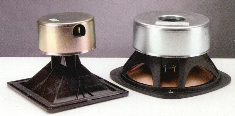 II trasduttore a tromba utilizza un driver dotato di cupola di titanio da 44,5 millimetri e caricato con una tromba a profilo Tractrix.