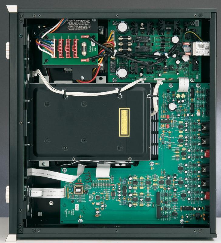 Un grande stampato per i circuiti analogici e di controllo, ma che ospita anche il DAC, una meccanica dall'aspetto robusto assieme a una sezione di alimentazione: l'MCD301 è tutto qui, ma è molto ordinato e realizzato a mestiere. Com'è tradizione per il marchio americano.