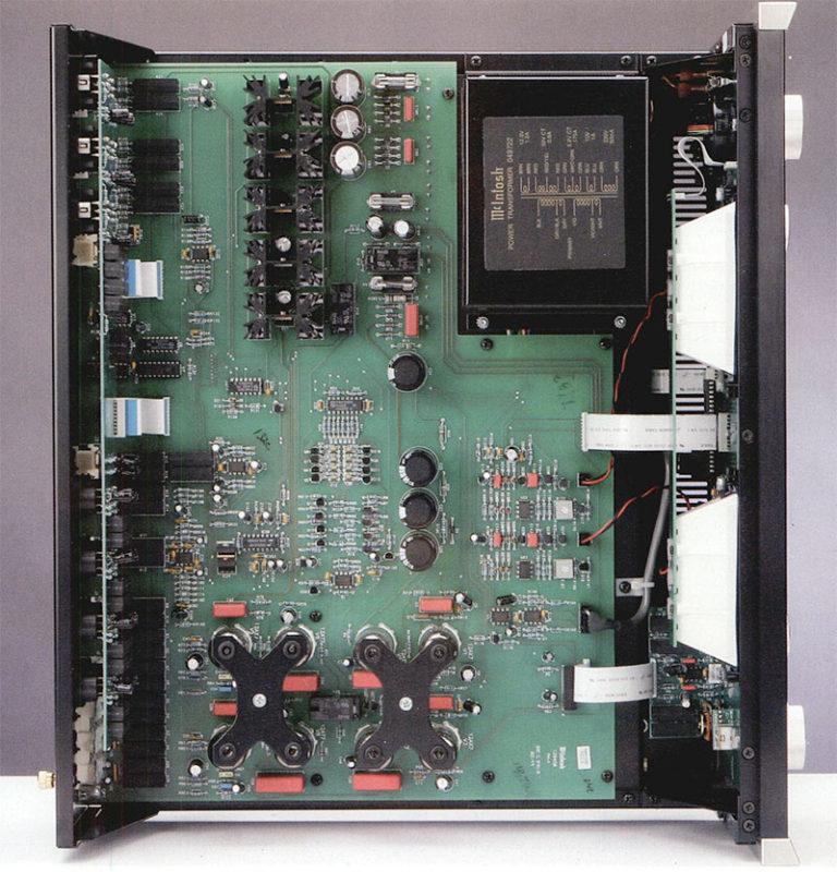 """L'interno del preamplificatore C2200. Da notare, oltre alla realizzazione estremamente accurata, il gran numero di relè blindati che attuano le commutazioni e le """"X"""" che ancorano le valvole alla motherboard attraverso anellini smorzanti in gomma. Il chip che regola il volume è il famoso Crystal CS3310, ovvero il primo integrato che si incontra partendo dal gruppo di valvole più a sinistra (il circuito fono MM) e procedendo verso l'alto."""