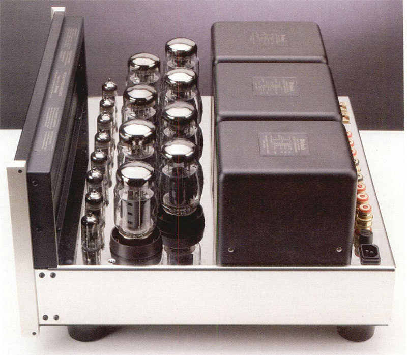 """/ """"pezzi forti"""" del finale MC2102, ovvero gli 8 pentodi KT88 di produzione russa, e gli """"Unity coupled output transformer"""" da sempre vanto della casa. Gli 8 doppi triodi di segnale, di tipo 12AT7 e 12AX7A (alias ECC81/ECC83) sono invece costruiti in Cina."""