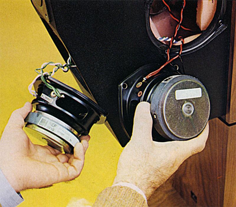 Un woofer e un midrange della Merìdìun estratti dalle loro sedi dì fissaggio; i magneti sono uguali e dì buone dimensioni. Le targhette di controllo applicate dalla Kef riportano le sigle B-l IO e SPI057 su entrambi i trasduttori.
