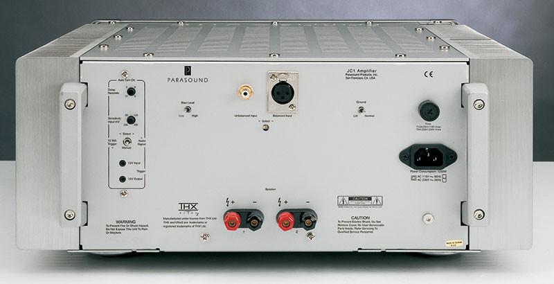 Il pannello posteriore del JC 1 è insolitamente ricco di comandi per un finale. A parte il commutatore utile a selezionare l'ingresso bilanciato e quello sbilanciato, ce n'è un altro che solleva la massa di segnale dalla terra di rete, cui il telaio è collegato per ovvi motivi di sicurezza, in tal modo consentendo di interrompere uno dei potenzialmente più perniciosi anelli di massa che possono venire a formarsi in un impianto audio. L'accensione può essere comandata anche dal preamplificatore, o mediante una tensione continua di trigger (vari pre mettono a disposizione questa funzione) oppure tramite lo stesso segnale audio di pilotaggio, ed in questo caso un trimmer permette di regolare la sensibilità del dispositivo.
