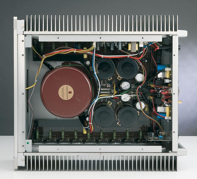 Pannelli di chiusura eccettuati, e comunque in parte utili, la superficie radiante di cui dispone il JC 1 sfiora 1.5 metri quadri. L'alimentazione impiega un toroidale molto potente (1.9 kW) e per questo annegato in epoxy, oltre ad essere blindato anche elettromagneticamente da un cilindro di acciao. Gli elettrolitici di filtro principali, caricati mediante ponti rettificatori veloci e ad alta corrente, immagazzinano a riposo circa 570 joule, come a dire che per scaricarli una tipica lampadina a resistenza da 60 watt dovrebbe rimanere accesa quasi 10 secondi.
