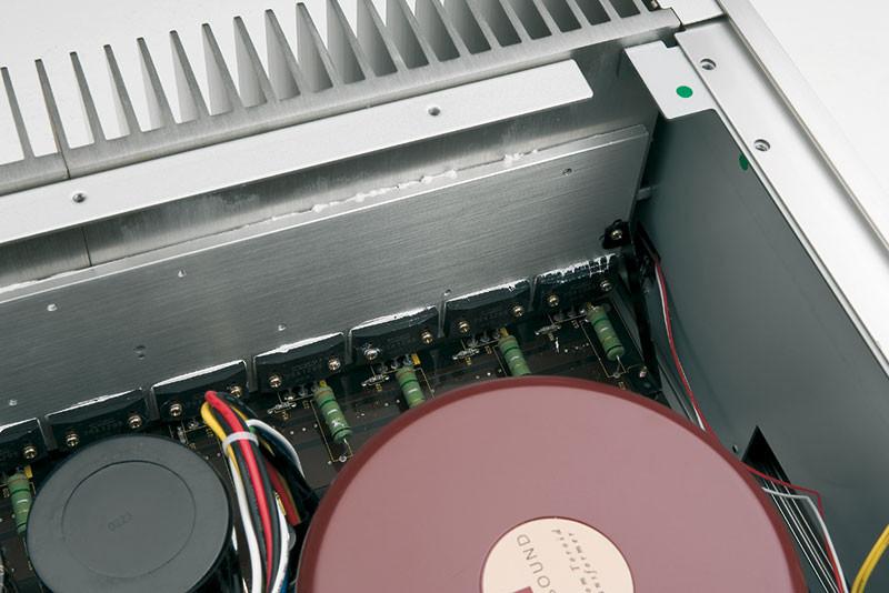 I finali sono 9 coppie di transistor bipolari, tra i più potenti e veloci oggi disponibili, ovvero i Sanken 2SC3264/2SA1295, teoricamente in grado di dissipare 3.6 chilowatt (quasi il doppio della potenza nominale del trasformatore) ed erogare fino a ±153 ampère continui. La loro Ft tipica vale 40 MHz per il PNP, che ha capacità interelettrodiche ovviamente maggiori rispetto al complementare NPN, e che infatti sale fino a 60 MHz.
