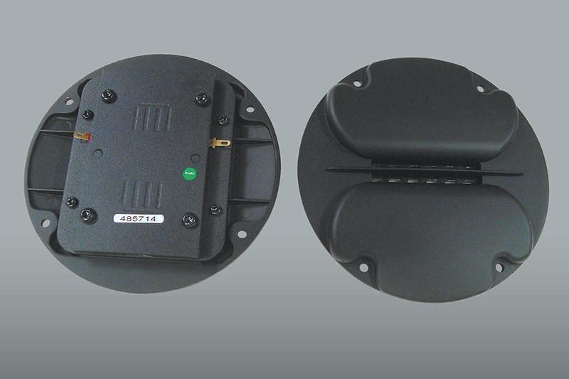 Il trasduttore a nastro. Notare i due deviatori laterali alla membrana ed il sottile rifasatore centrale.