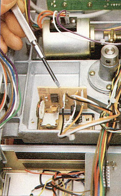 Il cacciavite indica il piccolo circuito stampato presente sulla versione MK II del B 77 per il controllo fine della velocità.