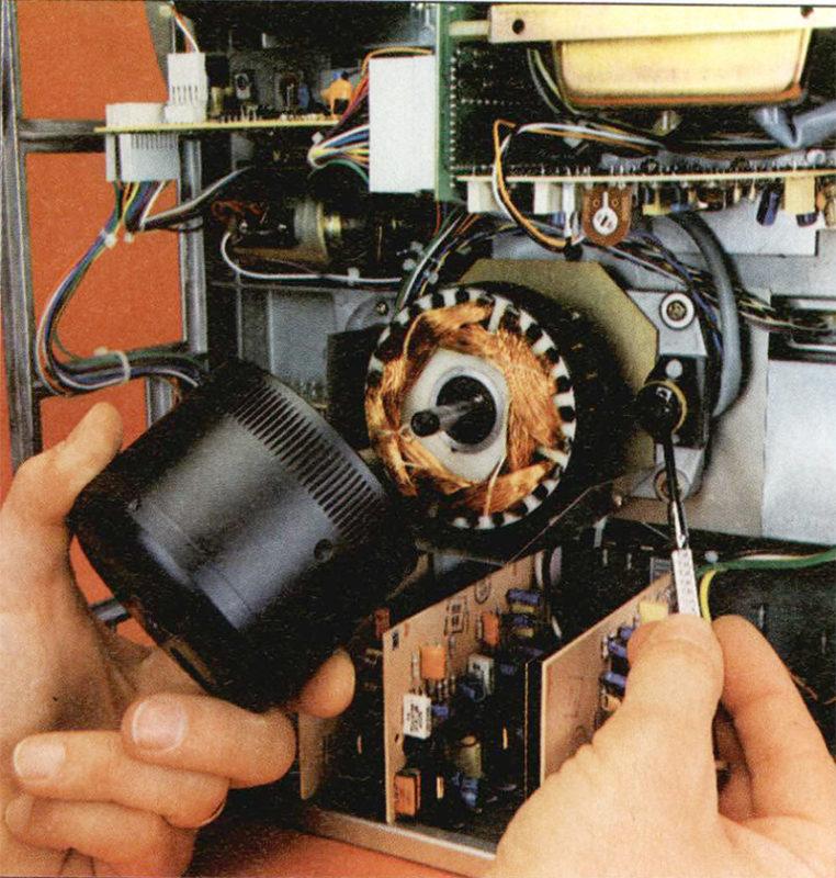 Nella foto sono visibili le tacche di riferimento sul rotore del motore del capstan; il cacciavite indica la testina magnetica che ne rileva il movimento.