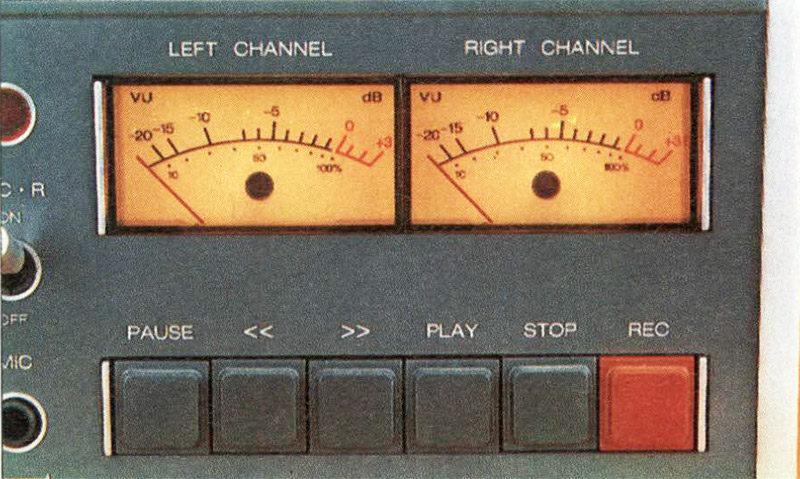 5»/ lato destro i VU meter illuminati con indicatore di picco a LED; al disotto i pulsanti di controllo della meccanica.
