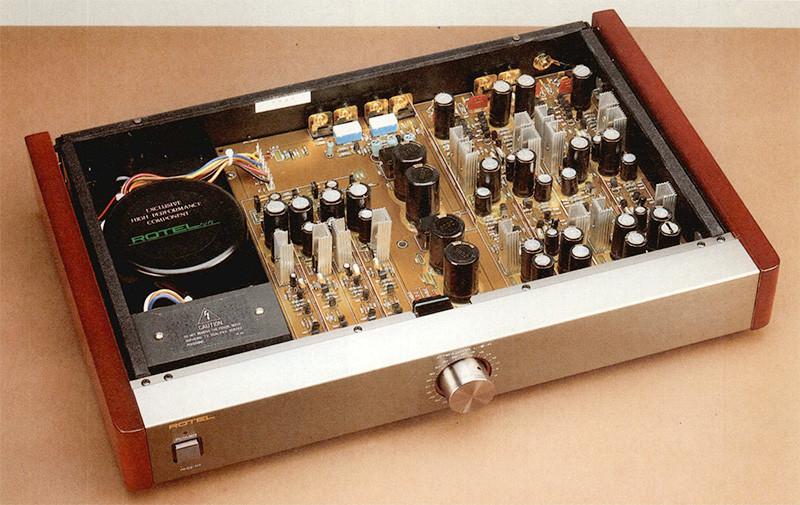 La realizzazione del pre phono RHQ-10 è interamente a componenti discreti: nella sola sezione d'ingresso si possono contare ben sessantotto transistor! La selezione MMIMC è affidata a quattro ponticelli (con contatti dora ti) visibili in alto a destra, subito a ridosso del pannello posteriore in corrispondenza dei con nettori d'ingresso.