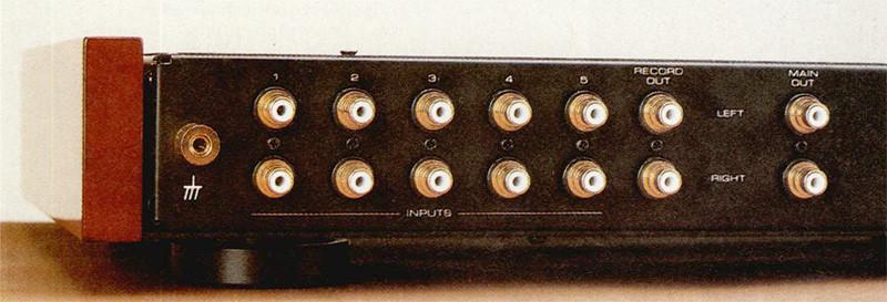 Il pre passivo RHC-10 è dotato di cinque ingressi e due uscite («RECORD» e «MAIN», da utilizzare rispettivamente per il collegamento ad un registratore ed a un finale di potenza); la qualità dei connettori, identici a quelli impiegati nel pre phono RHQ-10 e nell'ampli RHB-10, è eccellente.