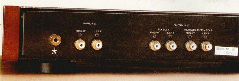 Sul pannello posteriore del pre phono RHQ-10 sono presenti un unico ingresso (la selezione MMI MC va effettuata spostando alcuni ponticelli interni) e due uscite, denominate rispettivamente «FIXED 1» e «VARIABLE/FIXED 2», il cui impiego dipende dal tipo di testina adottata: se quest'ultima è del tipo a basso livello d'uscita (minore di 0,1 mVse MC e minore di 1 mVse MM) allora il segnale d'uscita sarà prelevato dall'uscita «FIXED 1»; se, al contrario, la testina è di tipo «standard» (ovvero caratterizzata da una tensione d'uscita pari a circa 0,3 mV se MC e 3 mV se MM), allora si dovrà utilizzare l'uscita «VARIABLE/FIXED 2», la quale, a differenza della «FIXED 1» (che è esclusivamente a livello fisso) può essere o meno (anche in questo caso la scelta va effettuata spostando alcuni ponticelli interni) asservita al controllo di volume.
