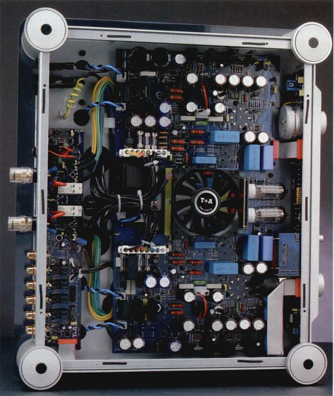 L'interno del V10 mantiene ed anzi rafforza il favorevole impatto esterno. L'organizzazione della componentistica è particolarmente razionale ed efficiente, lontana dalla struttura artigianale di altri prodotti di analoga categoria. Una vasta motherboard supporta tutti i circuiti di amplificazione, mentre la logica di controllo trova posto in un'altra PCB collocata dietro il pannello frontale. Una piastra stampata è collocata anche dietro il pannello posteriore e supporta tutti i relay d'uscita e d'ingresso, dotati di contatti in oro. Tra tutti i componenti spiccano il quadruplo potenziometro ALPS blindato del volume, precisissimo, le grandi capacità in poliestere e la coppia di doppi triodi ECC83 del preamplificatore, che sono le uniche valvole non in vista.