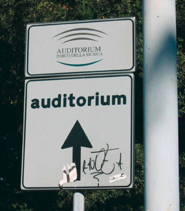 Figura 1 - Cartello stradale indicante la direzione per arrivare all'Auditorium…