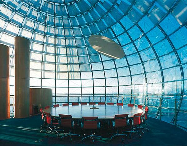 """Figura 6 - La sala riunioni all'interno della """"bolla"""" dalla quale è possibile godere di un bellissimo panorama di Torino."""