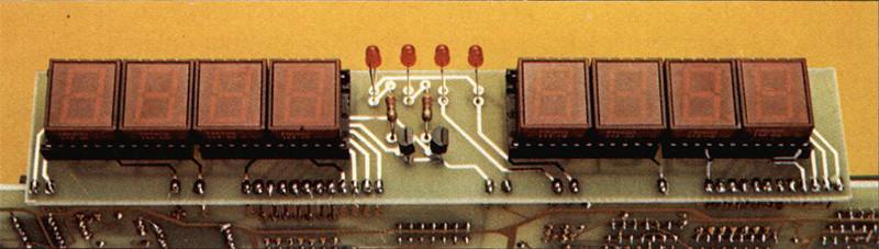 Particolare del pannellino del display con i quattro LED che indicano rispettivamente mV, V, Hz ekHz.