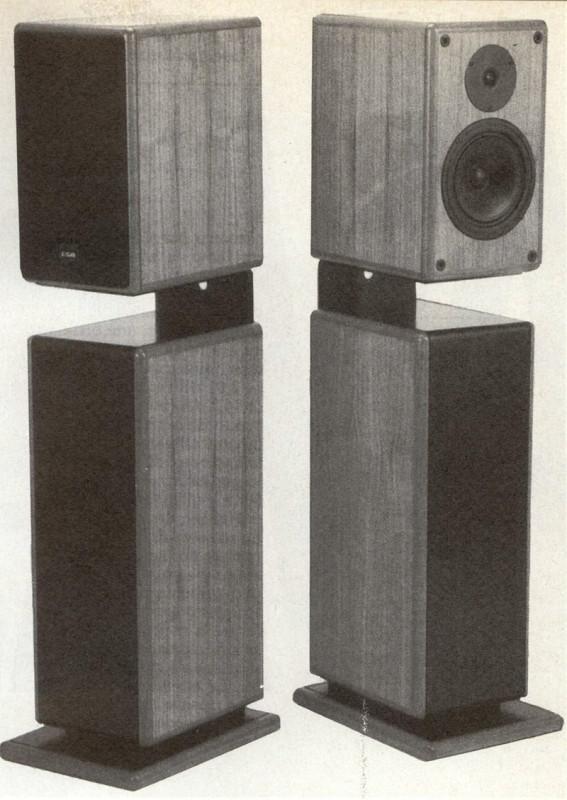 Sistemi di altoparlanti con 2 subwoofer separati (a sinistra B&W CM2, a destra ESB Gold Two con SW2). La stereofonia alle frequenze basse richiede una corretta interazione tra i due sistemi di altoparlanti e le orecchie degli ascoltatori. Di conseguenza e contrariamente a quanto generalmente si crede, la possibilità di utilizzare un subwoofer unico per i due canali discende non tanto dalla non localizzabilità di suoni di frequenza molto bassa, quanto dalle caratteristiche proprie delle registrazioni commerciali nelle quali, per adeguarsi alle proprietà fisiche del microsolco e del canale radio stereofonico, si è costretti o comunque si tende a «monofonicizzare» le informazioni di bassa frequenza.