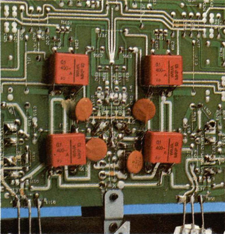 L'unico posto dove si sono potuti collegare i piccoli (come capacità!) condensatori in pa rallelo ai grossi elettrolitici di filtro dell'ali mentatore.