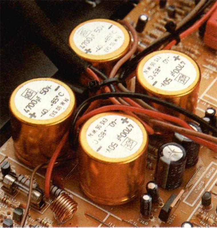 La batteria dei quattro poderosi elettrolitici, che sembra pronta a fornire tutta la potenza di cui sono capaci. (Attenzione alla polarità!)