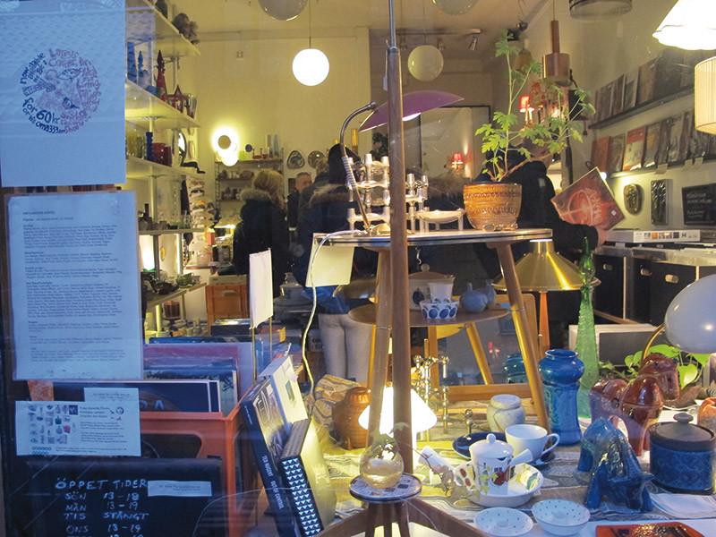 L'estroso ingresso di An Ideal For Living Stockholm AB. Entrando in questa bottega per metà antiquario e per metà negozio dedito al vinile si ha quasi la sensazione che la ricerca vinilica si confonda in una pagina onirica e visionaria di Lewis Carroll.