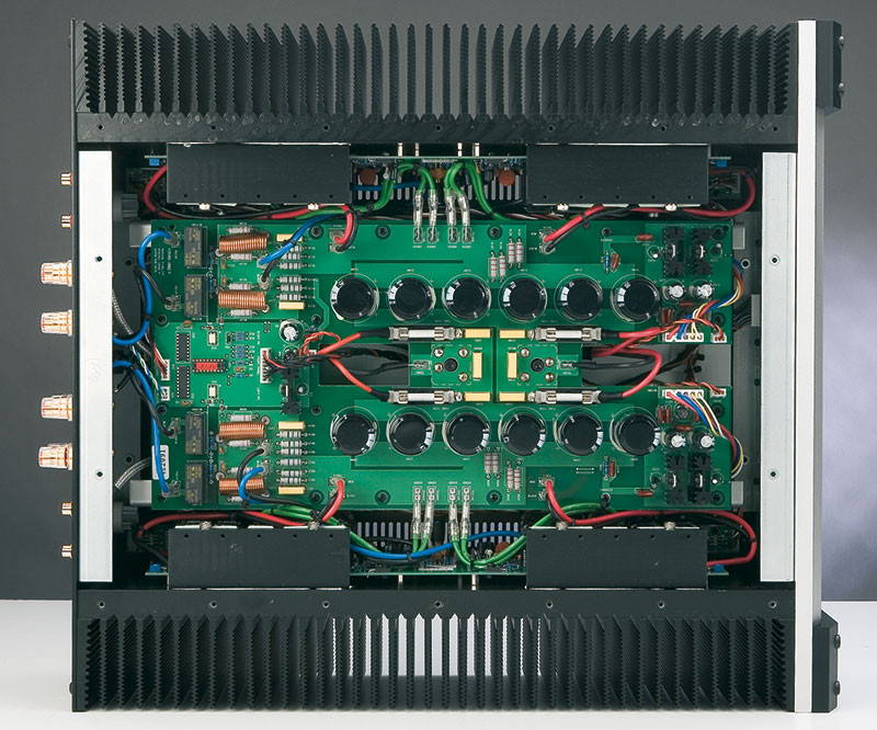 E questo è l'interno del kW750; il circuito stampato visibile ospita le sezioni di alimentazione, mentre le basette dei due canali sono montate verticalmente a ridosso dei fianchi. I transistor finali utilizzano come radiatori primari le barrette metalliche orizzontali le quali, a loro volta, sono in contatto termico con le alette laterali.