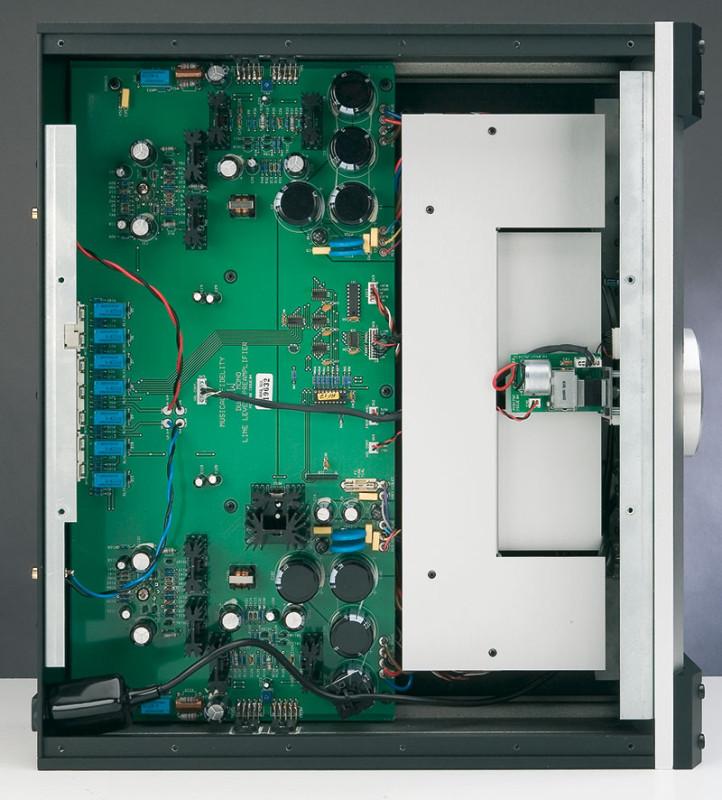 La piastra metallica, visibile nella parte frontale dello spazio disponibile, copre i trasformatori di alimentazione. Sul fondo sono visibili i due triodi 6112 e, in posizione centrale, la batteria di relè per la commutazione degli ingressi.