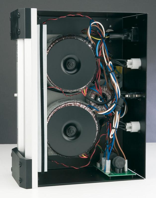 Ecco il contenuto dell'alimentatore del finale: ogni canale dispone di un trasformatore toroidale, mentre le sezioni di segnale utilizzano il più piccolo dei tre, visibile al centro.