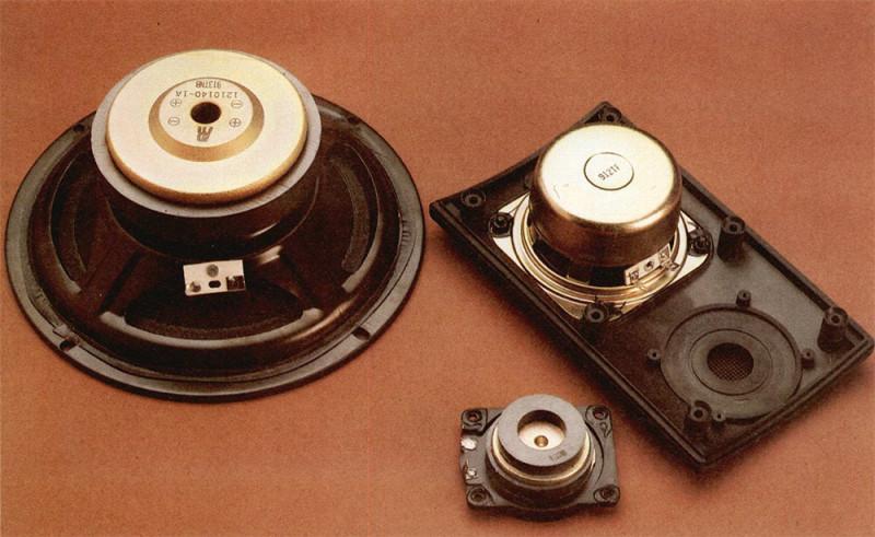 Gli altoparlanti utilizzati nei due satelliti sono un mid-woofer da 80 mm con membrana in carta e magnete schermato, e un tweeter a cupola morbida da 19 mm.