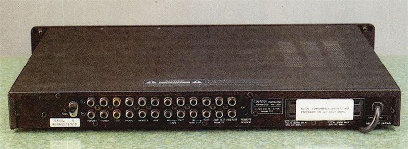 Sul retro, come è naturale, sono disposte le prese delle sei sorgenti più due registratori, nonché l'ingresso per il irpetitore IR. Gli RCA del CD sono dorati.