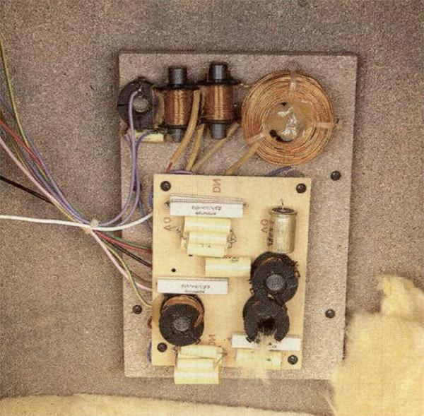 La realizzazione del filtro è sufficientemente accurata, con basetta di circuito stampalo e pannellino di supporto avvitato sul retro del diffusore. I valori di alcuni condensatori sono compensati con componenti aggiuntivi.