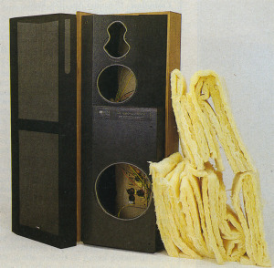 A sinistra: la quan tità di lana di vetro inserita all'interno delle 7/07 II è par ticolarmente eleva ta il che contribui sce ad aumentare il volume equivalente del mobile. A destra: le connes sioni degli altopar lanti ai reofori (di sezione elevata) so no saldate. Sotto: i fori dei morsetti a vite (che accettano banane, terminali a forcella e puntalini o fili non terminati) sono di diametro piutto sto ridotto e per uti lizzare cavi dì sezio ne elevata è indi spensabile munirli di terminazione.