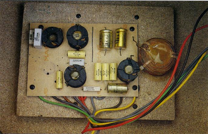 Secondo la tradizione ESB, il circuito stampato del crossover è assicurato ad un pannello in truciolare montato sul fondo della cassa.