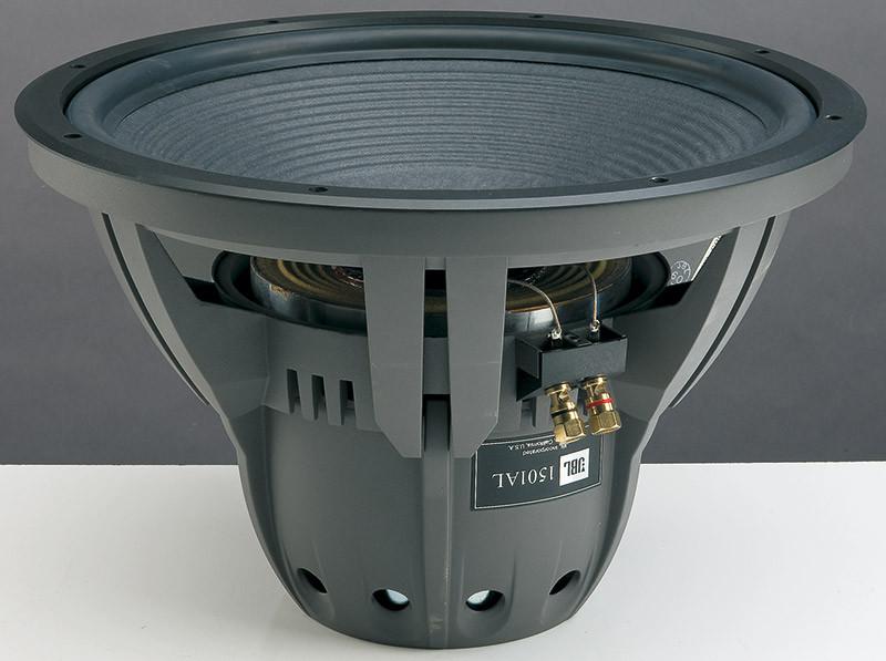Il poderoso woofer utilizzato per questo progetto. Il cono di cellulosa smorzata, la sospensione in EPDM e il complesso magnetico in Alnico 5 contribuiscono ad una eccellente linearità della risposta e della dinamica.