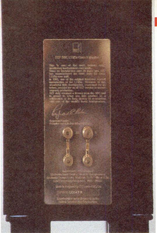 La «lapide» commemorativa firmata da «mister Kef» sulla faccia posteriore di questi due gioielli.
