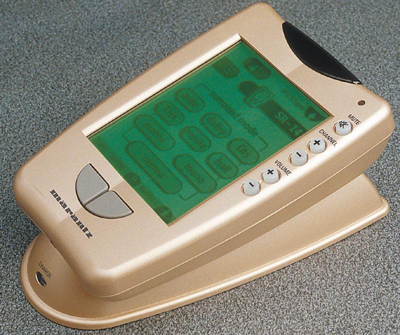 Il telecomando con schermo LCD sensibile al tatto è un vero e proprio computer, aggiornabile e programmabile a piacimento nei suoi vari menu, addirittura per tipologia e funzione dei pulsanti virtuali. Dispone ovviamente di una sezione di memorizzazione che gli permette di apprendere i codici di qualsiasi altra unità.