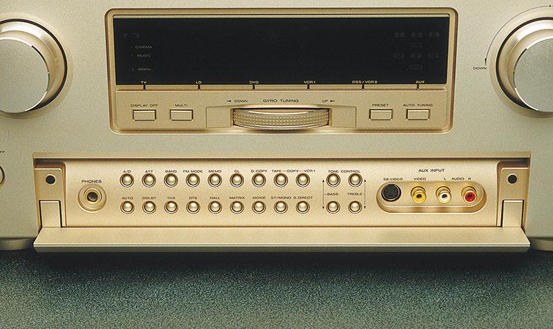 Il portello cela una significativa quantità di controlli, relativi alle funzioni accessorie. Dietro di esso si trova anche il gruppo di prese per il collegamento volante di una sorgente A/V.
