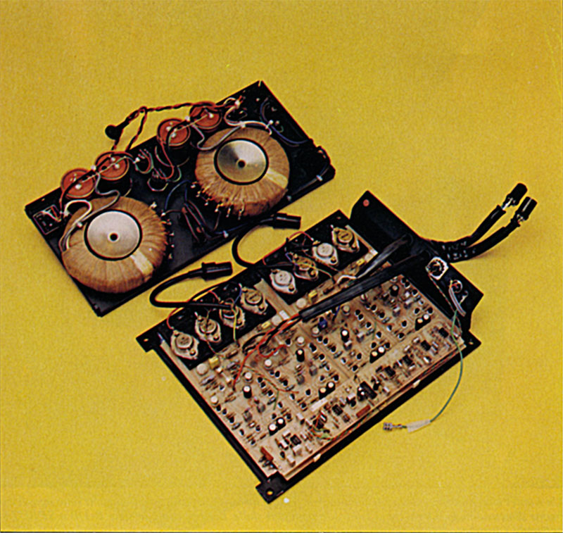 L elettronica della M-10 comprende due alimentatori e quattro finali separati; uno per il tweeter, uno per i due midrangc e uno per ciascuna coppia di woofer, a due per due in parallelo. Sulle stesse sellale trovano posto anche i circuiti di filtraggio elettronico per le tre vie.