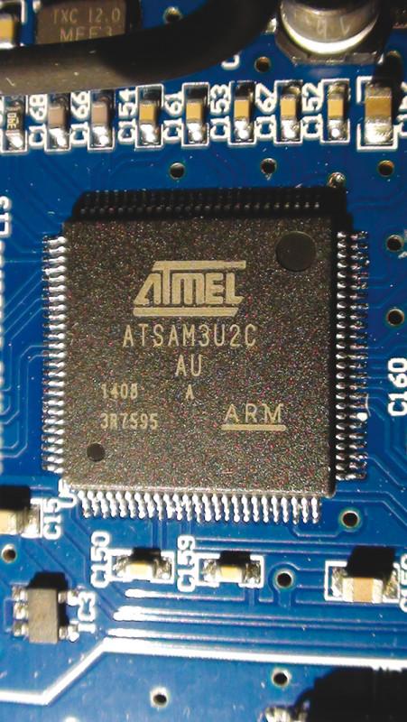Ecco i due principali componenti della sezione USB. Si tratta del microcontroller USB Atmel ATSAM3U2CA-AU e del CPLD Xilinx XC2C64A.