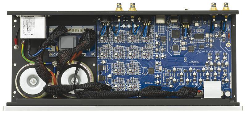All'interno si nota l'ampio impiego di componenti SMD a montaggio superficiale. I trasformatori della sezione di alimentazione non sono visibili in quanto coperti da una lastrina metallica.